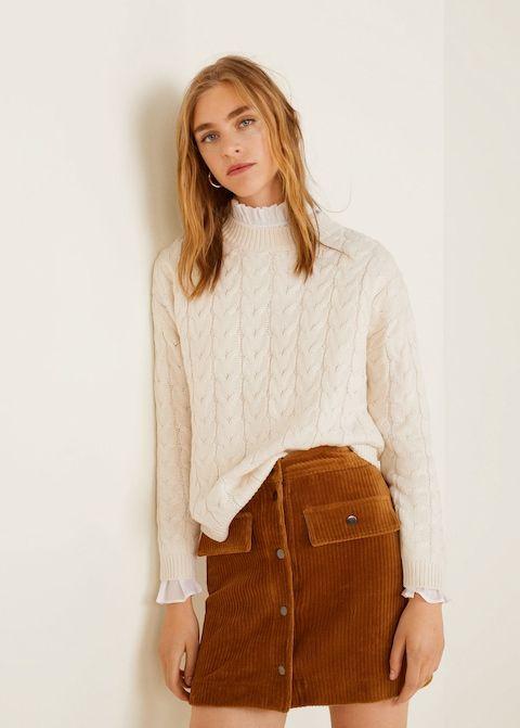 """На девушке белый свитер """"косичка"""", белая рубашка, велюровая прямая коричневая юбка-мини."""