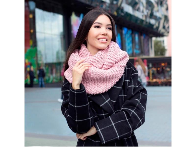 Объемный розовый снуд и пальто оверсайз созданы для любителей комфортных аутфитов.