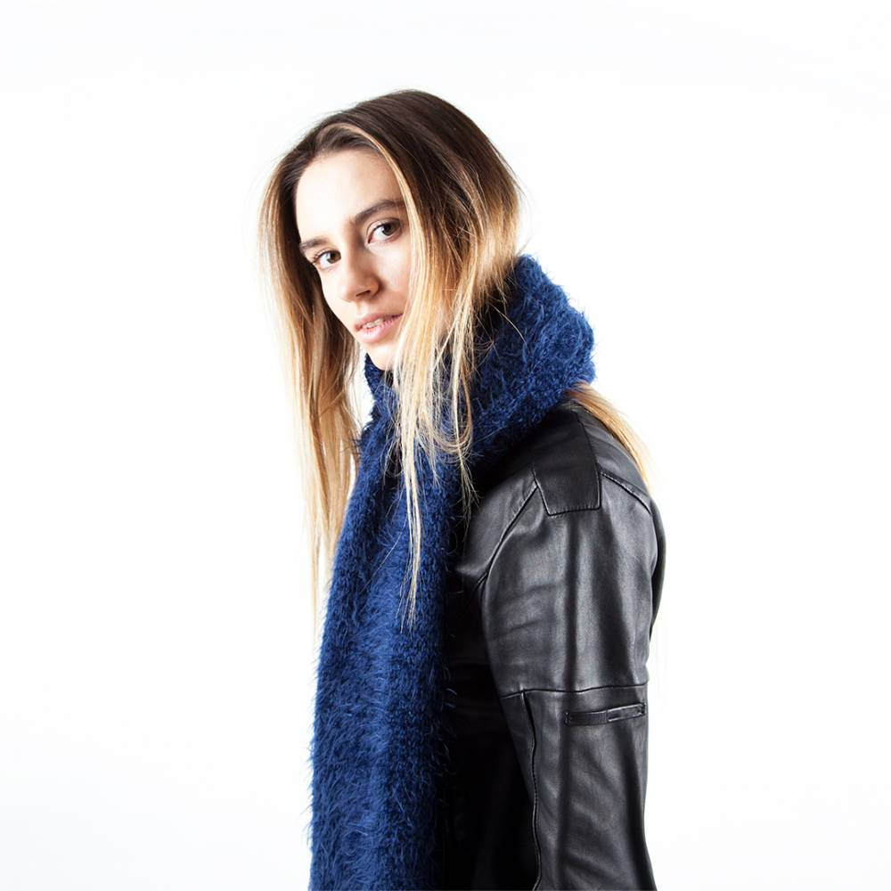 Синий шарф и кожаная куртка — выбор поклонников кэжуала.