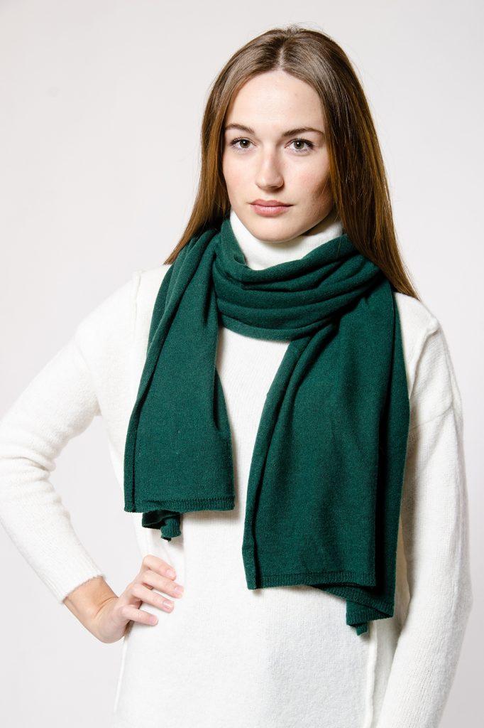 Белый сочетается со всеми цветами, в том числе и с зеленым.