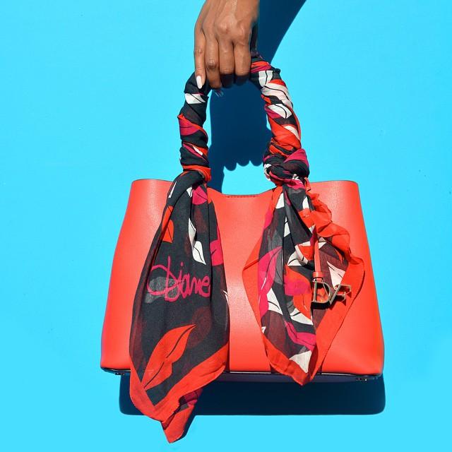 Ручки сумки, обмотанные косынкой, выделяют модниц из толпы.