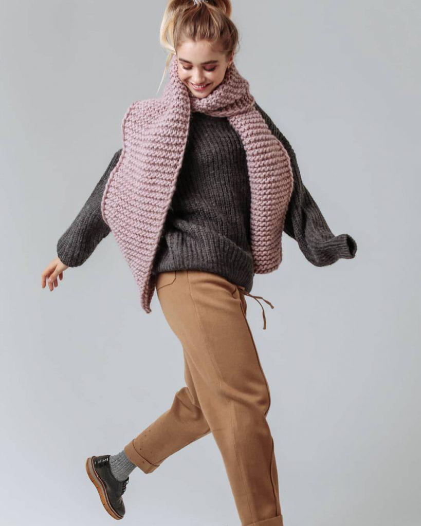 Шарфы отлично комбинируются со свитером, даже без верхней одежды.