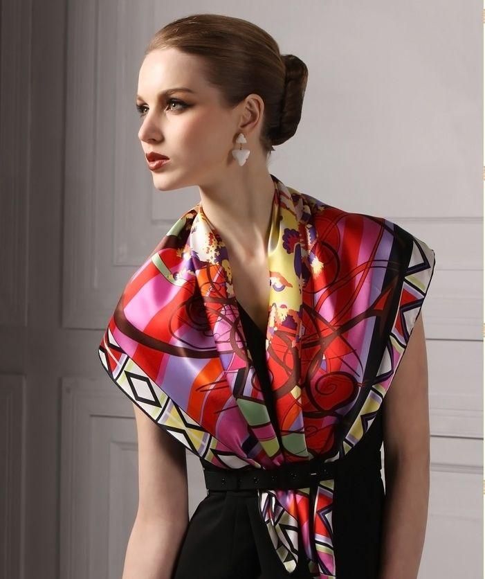 Яркий платок разбавит строгость черного цвета.