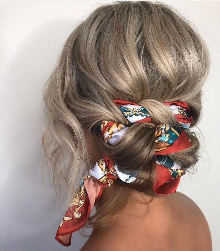 Шелковый платок в волосах — очень женственно.