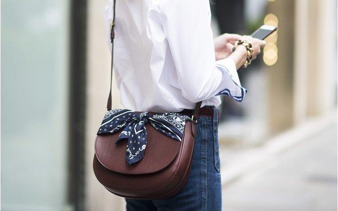 Косынка на сумке — актуальный тренд.