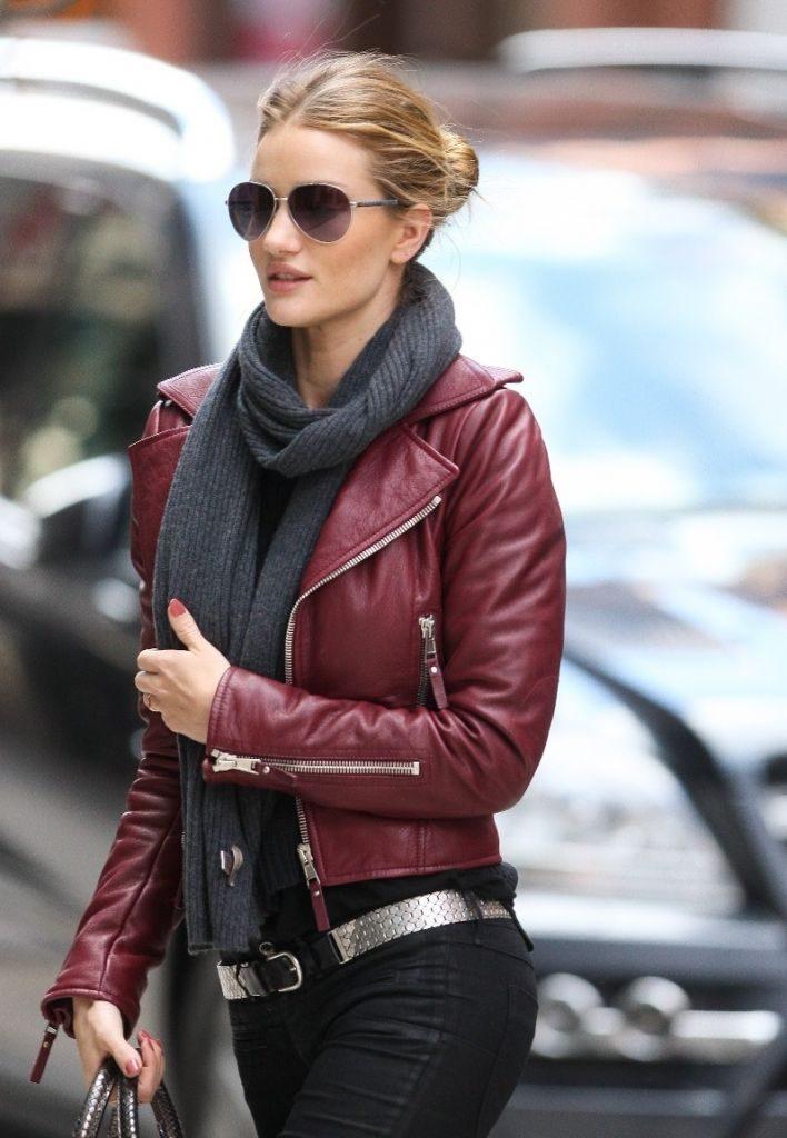 Косуха, шарф и джинсы — стильно и удобно.