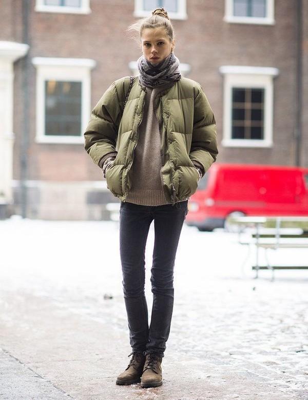 Если куртка без воротника, наденьте на шею палантин из шерсти.