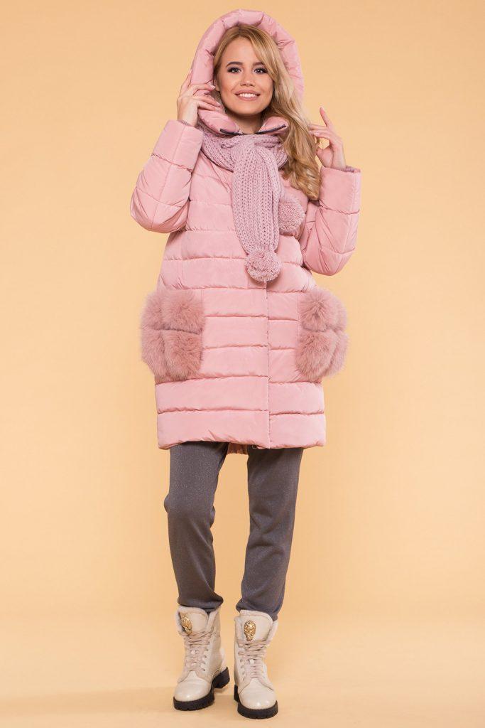 Зима — не повод для грусти. Розовая куртка и шарф подарят хорошее настроение вам и прохожим.