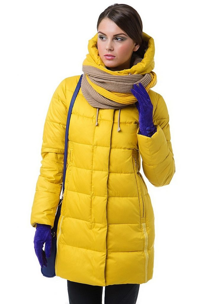 Снуд в два оборота под капюшоном защитит от холода.