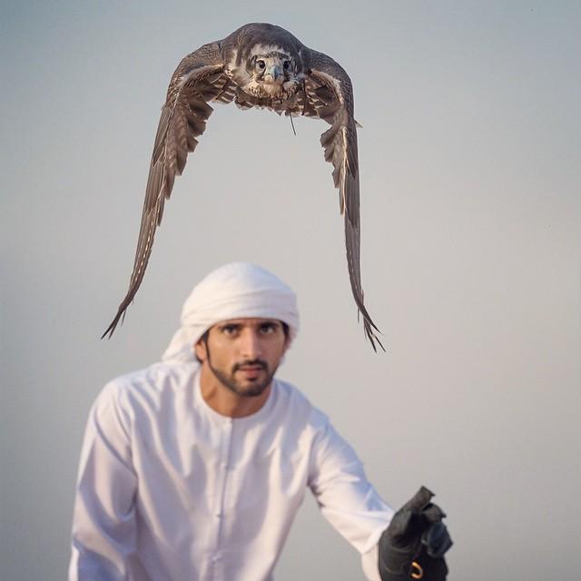 В пустыне арафатку завязывают тюрбаном, а также полностью закрывают ею голову и лицо, оставив щель для глаз.