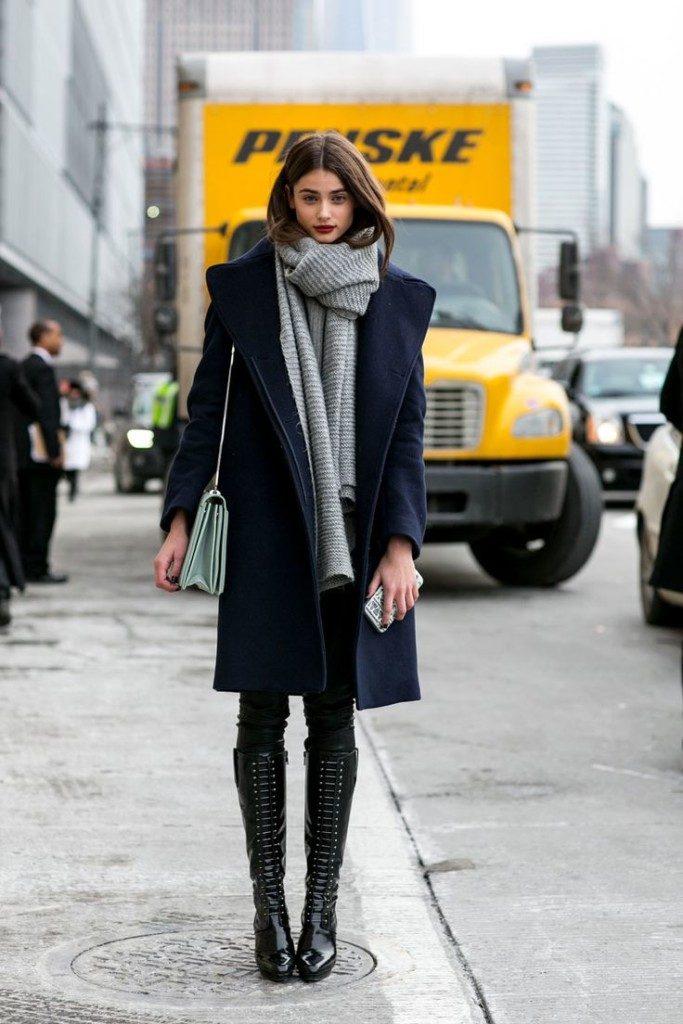 Для прогулок по городу подойдет образ из синего пальто, лакированных сапог и шарфа.