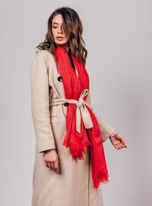 Модницы завязывают шарфы поясом от тренча или пальто.