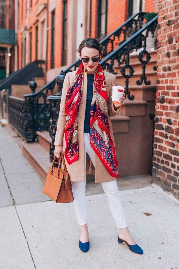На деловую встречу можно пойти в синих мюлях, укороченных джинсах, бежевом жакете и красном платке.