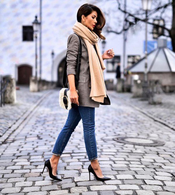 Пока не похолодало жакет и джинсы можно дополнить палантином.