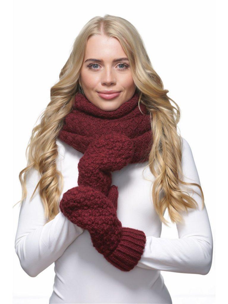 Зимний комплект бордового цвета выглядит богато.