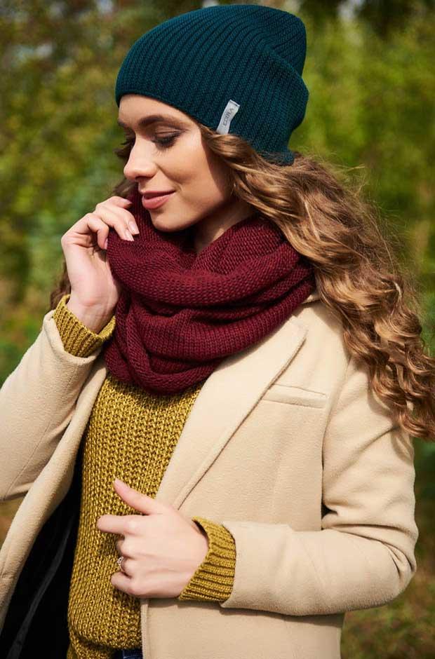 Шапка и шарф разных оттенков — модная тенденция.