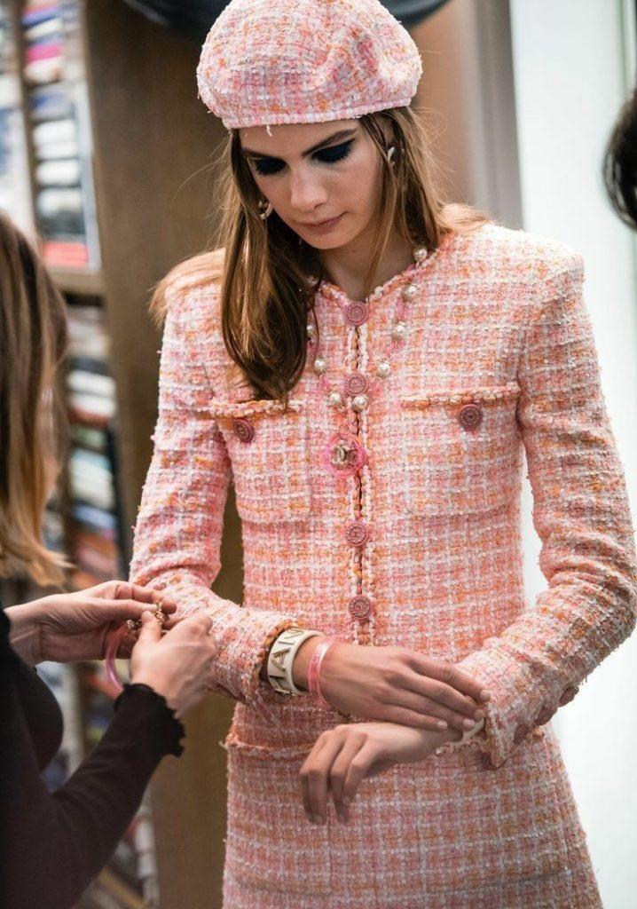 Нежно-розовый твидовый берет в сочетании с твидовым костюмом: облегающим жакетом и прямой юбкой в такой же расцветке.