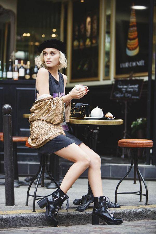 На девушке черный берет,серая футболка-платье без рукавов длины мини, лаковые ботинки на толстом каблуке и со шнуровкой, золотая кофта.