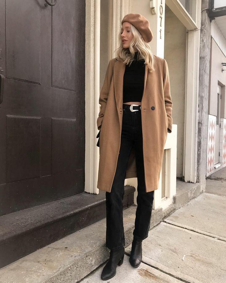 На девушке бежевый фетровый берет, бежевое кашемировое пальто прямого кроя длины до середины колена, черный топ, черные брюки-клеш с ремнем, кожаные ботинки на низком каблуке.