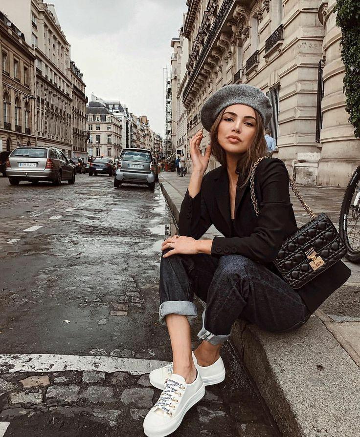 Серый фетровый берет, надетый набок, в сочетании с черным классическим пиджаком и темно-синими джинсами, белыми кедами, кожаной черной сумкой.
