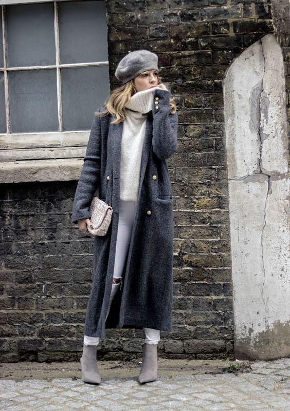 Серый шерстяной берет в сочетании с шерстяным белым свитером с объемным воротом, белыми джинсами скинни, темно-серым пальто прямого кроя длины миди, замшевыми ботильонами-носками, твидовым клатчем.