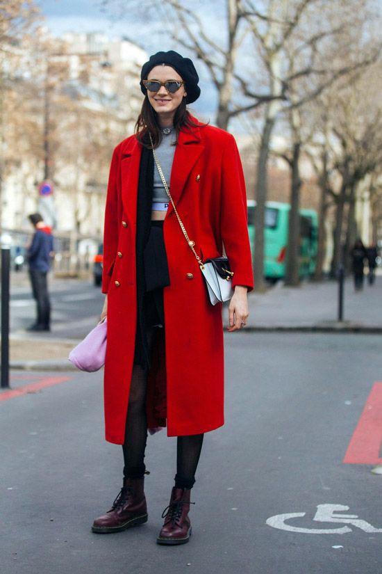 На девушке черный берет и яркое красное пальто прямого кроя длиной до середины колена.