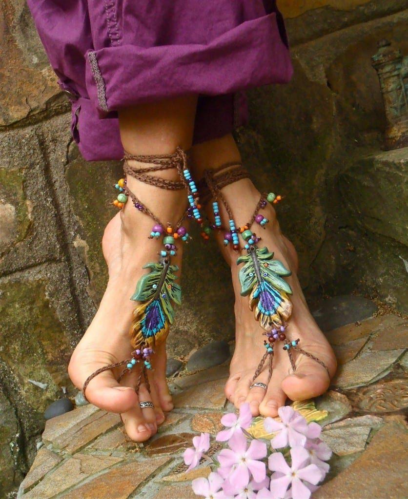 Браслеты на ногу подчеркивают свободу и натуральность образов в стиле бохо