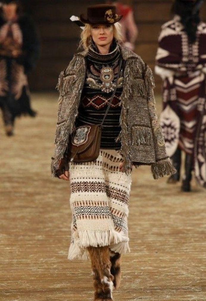 В зимнем бохо приветствуются объемные свитера, теплые юбки, куртки и сапоги, декорированные мехом