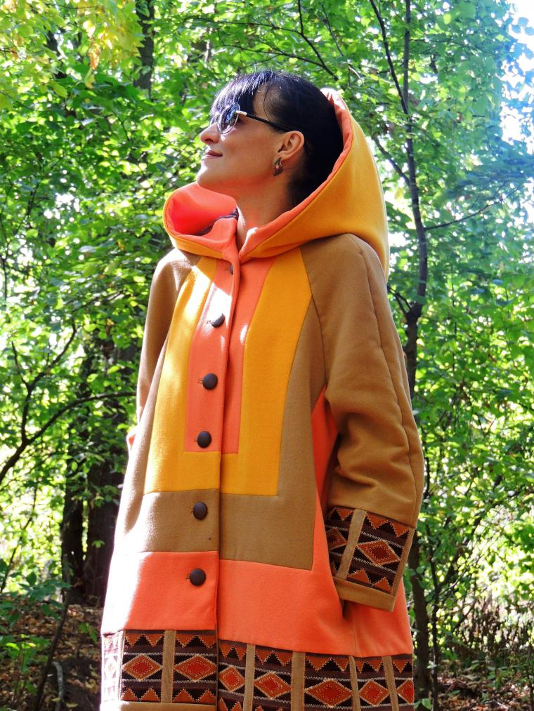 Яркие, в теплых оттенках плащи-пальто - лучший выбор для формирования весеннего лука в стиле бохо
