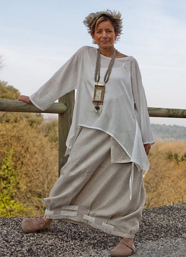Демократичность, отсутствие канонов и догм в бохо позволяют сорокалетним леди носить платья в пол, массивные украшения и оригинальную обувь