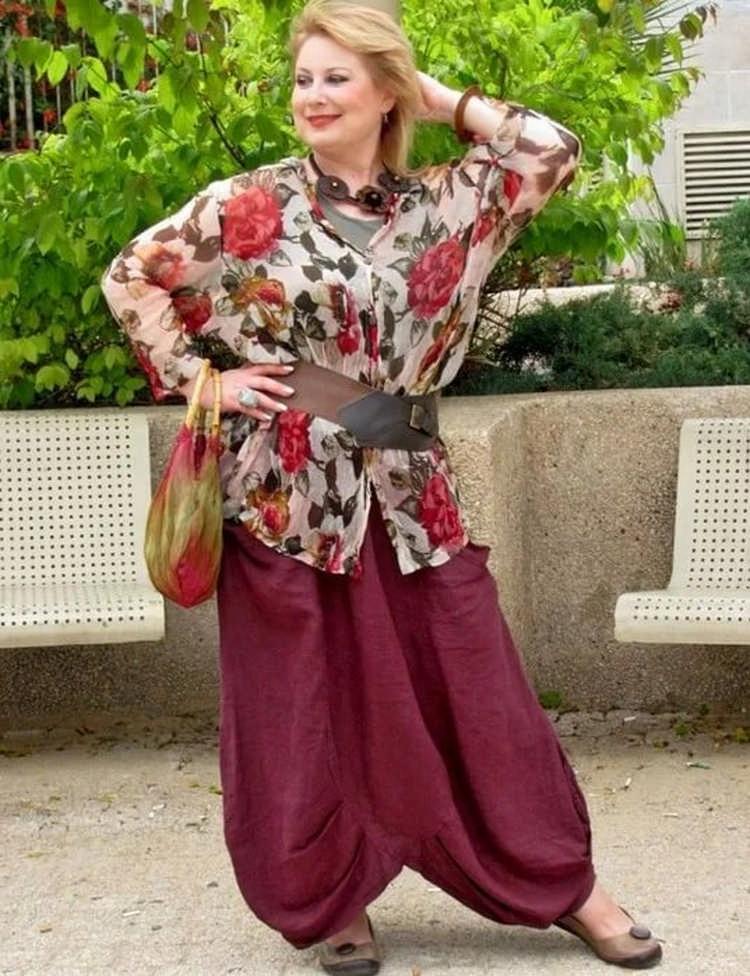 Отлично нивелируют нюансы телосложения и возраста широкие брюки и блузы бохо в луках дам за 50