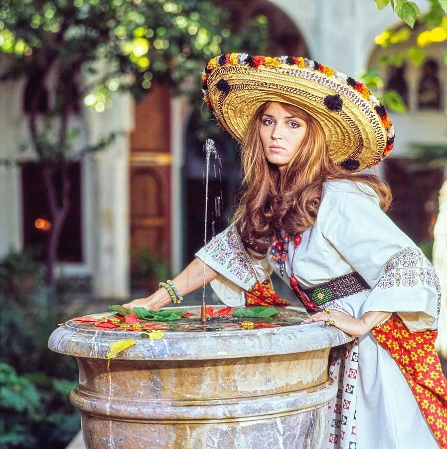 В приоритете нарядов в стиле бохо - натуральные материалы, соответствующие  национальным костюмам силуэты