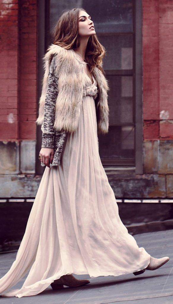 Стильные вязаные и меховые вещи в сочетании с прозрачным платьем в пол из шифона - лучшее воплощение стиля бохо гламур