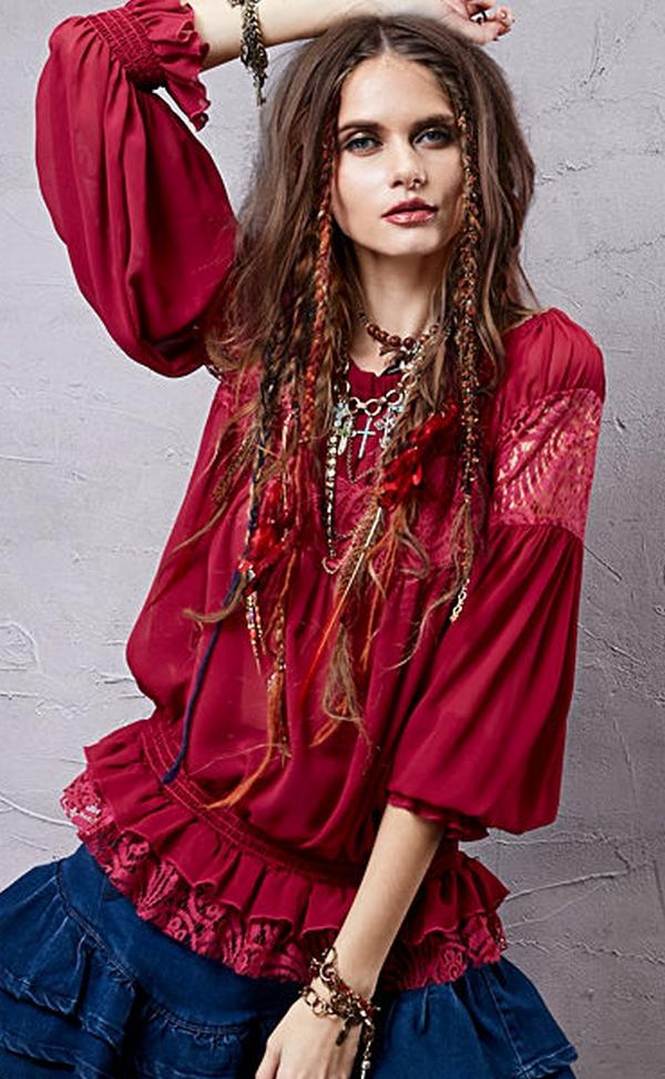 Рукава фонарики, несколько рядов резинок, мережка и кружева на ярко бордовой блузке - прекрасное дополнение к многослойной юбке из денима