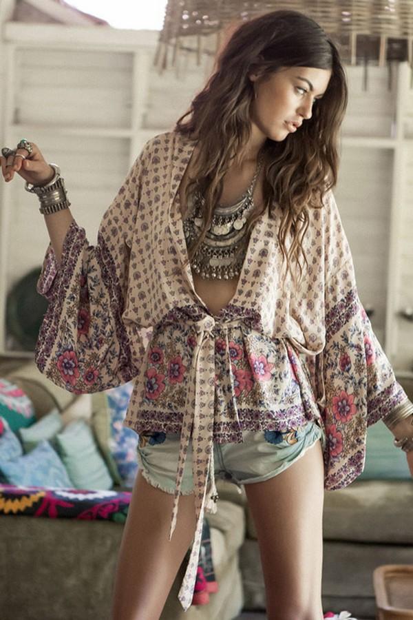 Широкие рубахи, туники - стильное дополнение капсул в бохо стиле с шортами из денима