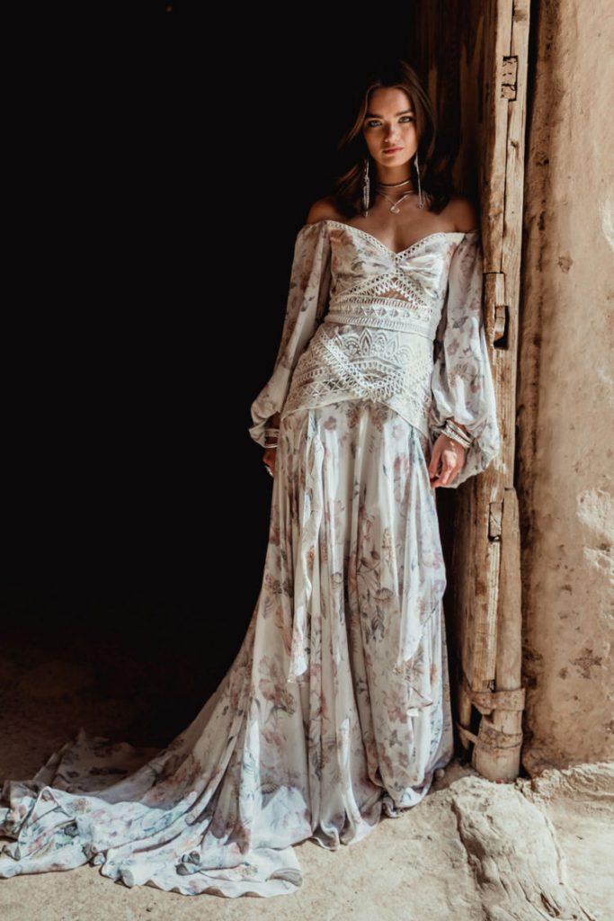 Нарядные платья в стиле бохо декорированы кружевом, плетением, имеют широкий подол и расклешенные рукава
