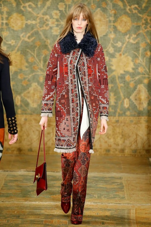 Пальто в бохо стиле отличают яркие расцветки, свободный крой, наличие бахромы и теплого мехового воротника