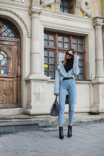 Черная базовая водолазка в сочетании с голубыми облегающими джинсами длины ⅞, светло-голубой джинсовой курткой, заправленной в джинсы, черными кожаными ботильонами на каблуке и заостренным носом, серой сумкой и черными очками.