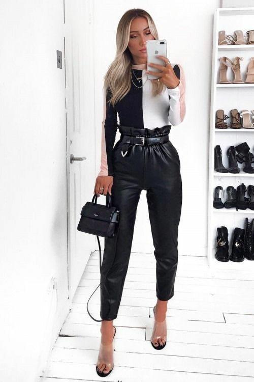 Чёрно-белая облегающая водолазка в сочетании с цепочкой, кожаными черными брюками прямого кроя с завышенной присборенной талией и поясом, босоножками на каблуке с открытым носом и прозрачными вставками, черной кожаной сумочкой.