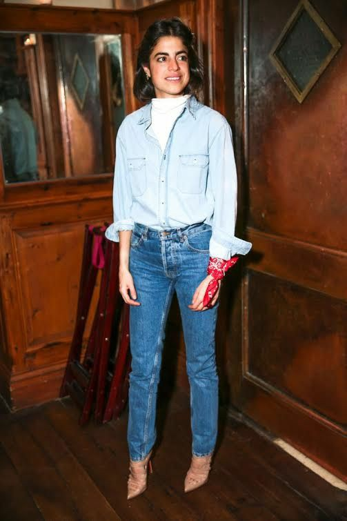 Белая водолазка без ворота в сочетании с бледно-голубой джинсовой рубашкой с карманами, темно-синими джинсами со средней талией, босоножками на шпильке, с заостренным носом и тонкими ремешками.