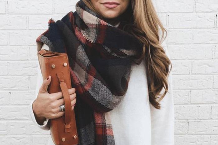 Шарф-палантин чаще всего завязывают поверх верхней одежды