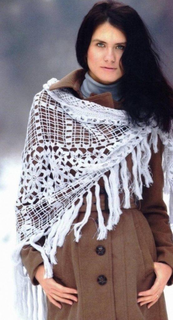 Шарф в виде шали небольших размеров допустимо носить с пальто, накинутым на одно плечо