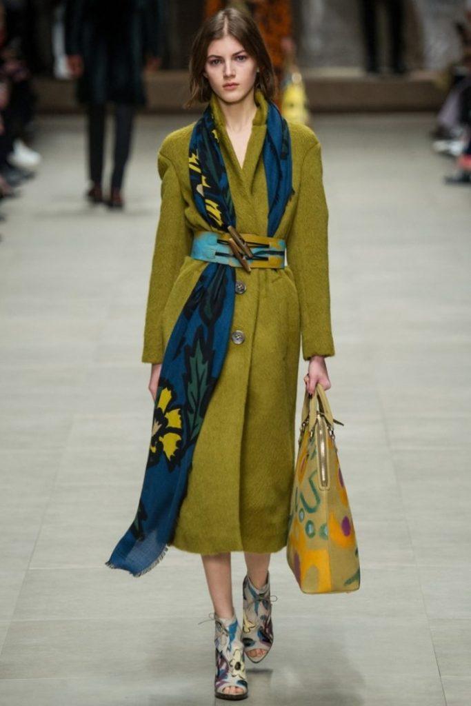 Шелковый шарф добавит луку эффектности с пальто в любом стиле