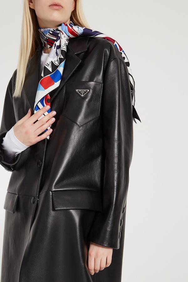 Шелковый шарф с геометрическим рисунком - хорошая пара к черному кожаному пальто