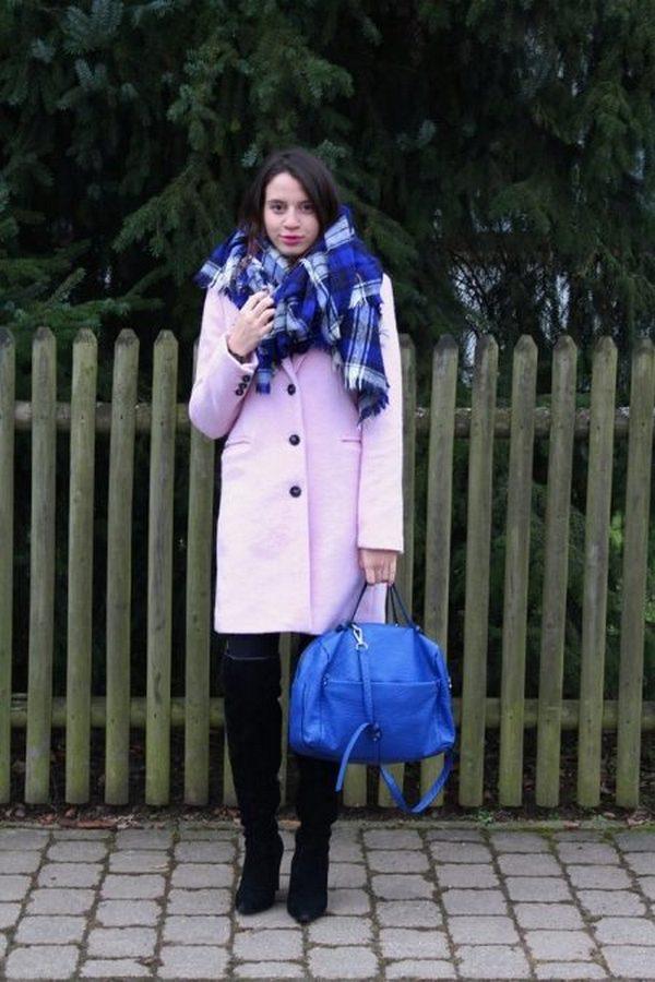 Тартан можно носить с пальто разных цветов, главное, чтобы его оттенки совпадали с тонами прочих аксессуаров