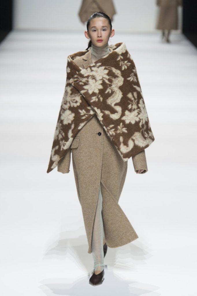 Шарф-горжетка - элемент стильных луков из модных коллекций