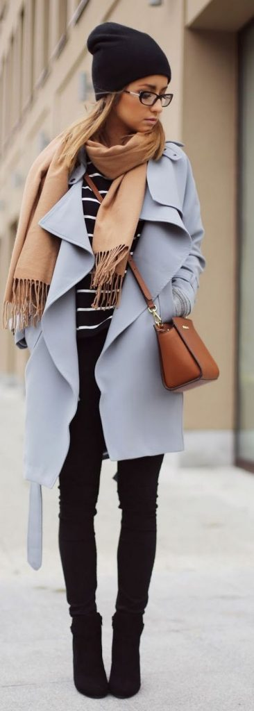 Концы шарфа на пальто с воротником можно оставить свободно свисающими на грудь