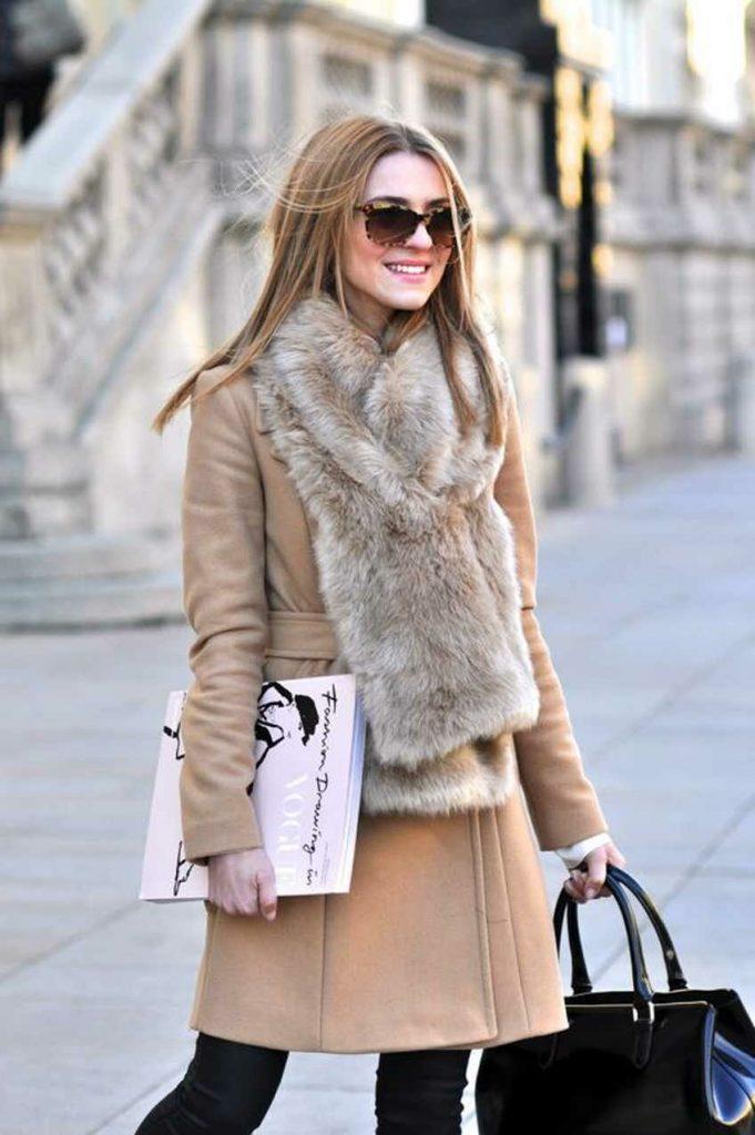 Пальто без воротника правильно дополнить меховым шарфом-горжеткой или снудом