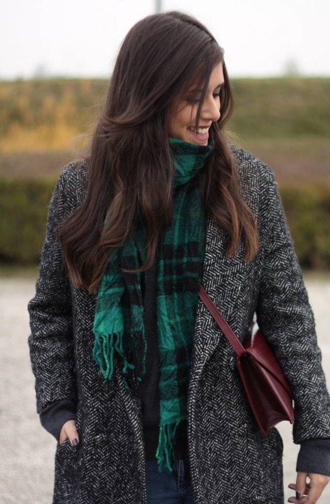 Шарф под пальто с V – образным вырезом можно надеть так, чтобы он заполнил весь его объем, защищая от холода