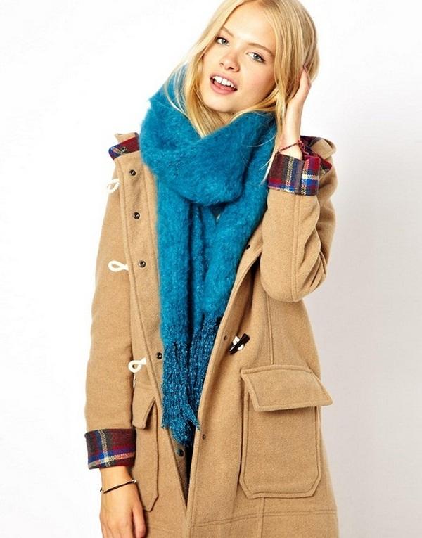 Повязывать шарф на пальто с капюшоном следует так, чтобы капюшон мог свободно двигаться